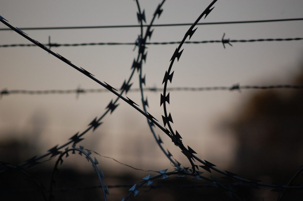 barbed wire 765484 1920